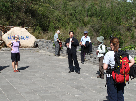 Group listens to expert, Beijing Hikers Jinshanling and Simatai Great Wall study trip, 2009-09-23