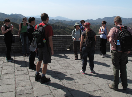 Group listens to Huilin, Beijing Hikers Jinshanling and Simatai Great Wall study trip, 2009-09-23