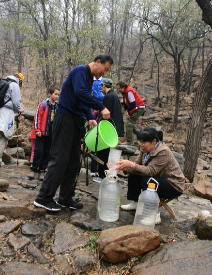 Collecting water from the spring, Beijing Hikers 10000 Buddhas hike, 2009-11-08