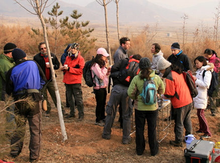 Hikers and snacks, Beijing Hikers Cypress Wells Canyon hike, 2009-12-13
