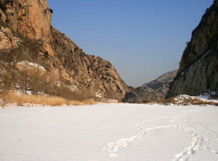 Snow on top of frozen river, Beijing Hikers Longyunshan and White River hike, 2010-01-16