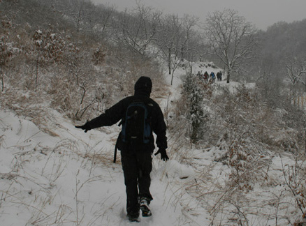 Snow on the trail, Beijing Hikers Round Tower hike, 2010-03-14