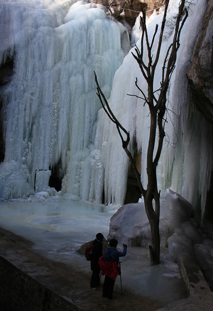 Ice fall and cave, Beijing Hikers Immortal Valley Loop hike, January 8, 2011