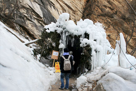 An ice cave, Beijing Hikers Heilongtan hike, February 09, 2011