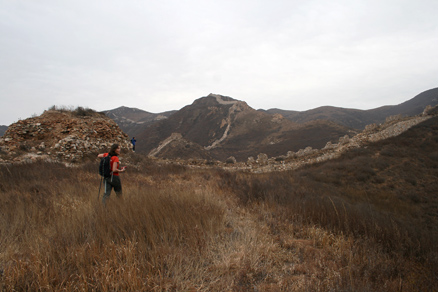 turning and twisting along the highest parts of the hills, Beijing Hikers Yanqing GreatWall, November05, 2011