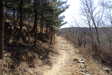 A quiet countryside trail, Beijing Hikers VultureRock, March11, 2012