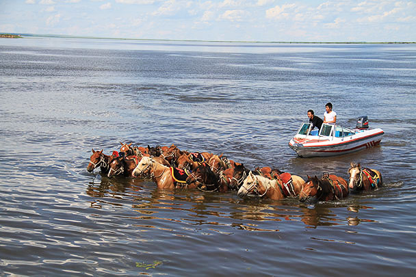 The herdsmen had to borrow the boat to get their horses back,Beijing Hikers Hulunbuir Grasslands 2013/07