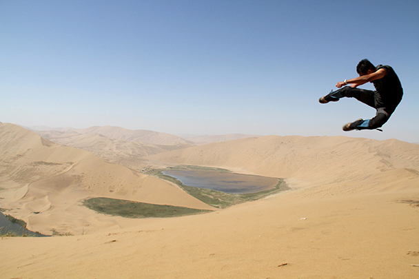 Super-guide Yanjing's famous high kick has been all around China, Badain Jaran Desert and Zhangye Danxia Landform, 2013/09