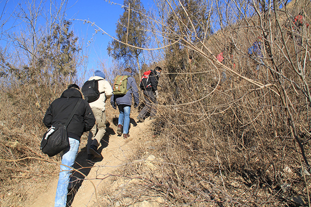 Hiking up a trail to reach the Great Wall at Gubeikou, Gubeikou Great Wall loop hike, 2013/12/21