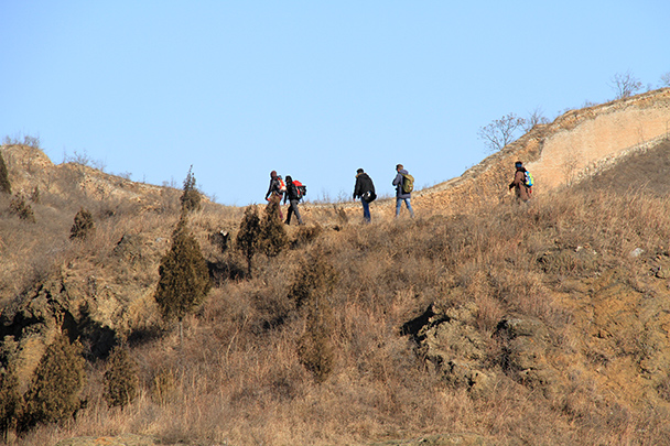 Hikers on a trail beside the wall, Gubeikou Great Wall loop hike, 2013/12/21