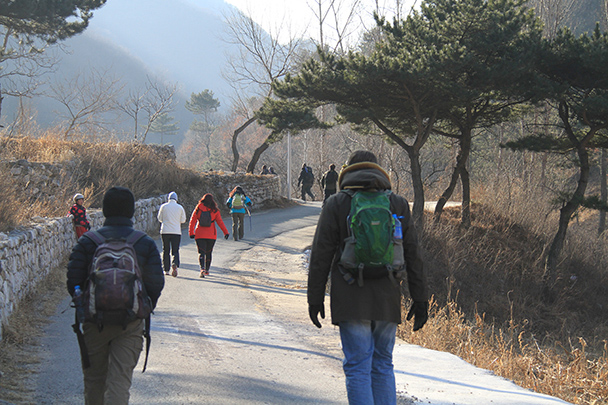 We began the hike with a warm-up walk along on a countryside road - Jiankou to Mutianyu Great Wall, 2014/01/12
