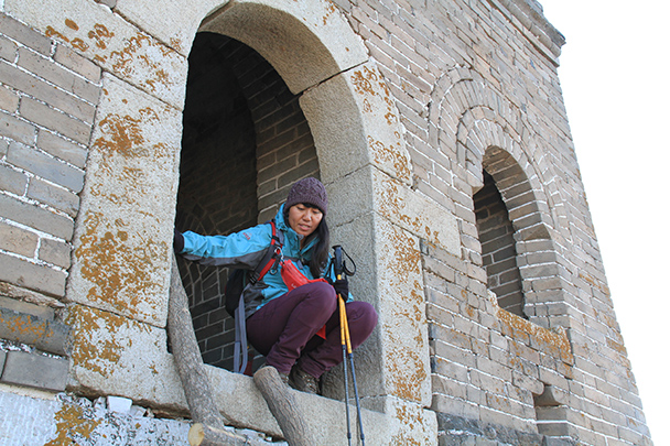 Super guide Jun leads the way into the tower - Jiankou to Mutianyu Great Wall, 2014/01/12