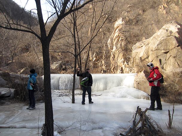 Carefully crossing the ice - Longquanyu Hike, 2014/01/27