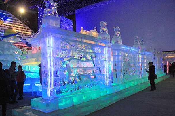 A wall of ice - Tang Dynasty Caves and Longqingxia Ice Festival, 2014/02/08