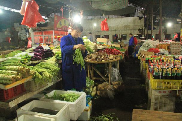 Preparing beanstalks for sale - Wuyuan County, Jiangxi Province, 2014/03