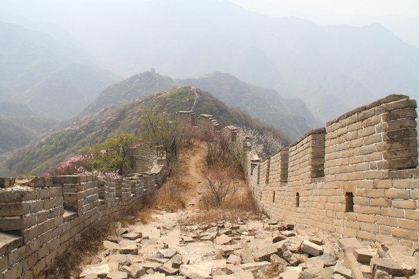 The Great Wall followed the ridgeline down into a valley - Switchback Great Wall, 2014/4/12