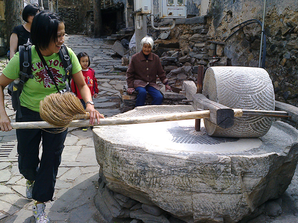 We helped a grandma with the grinding work - Coffin Village visit, 2014/04/02