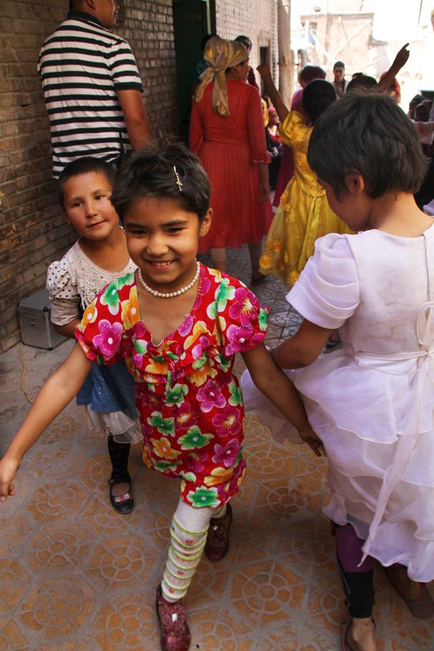 Kids having fun - Along the Silk Road from Korla to Kashgar, 2014/06