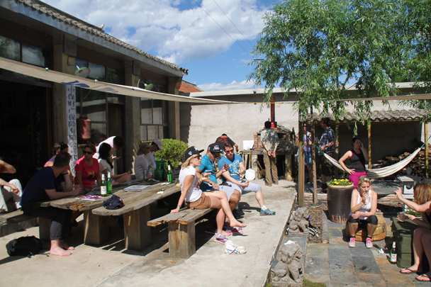 The courtyard was just the place to relax after a hike - Nine-Eyes Tower and Gung Ho! Pizza, 2014/6/7