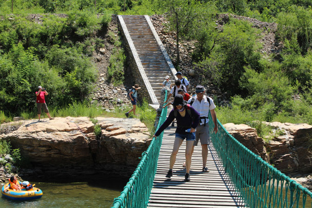 The path took us to this wobbly swing bridge - White River Hike, 2014/7/13