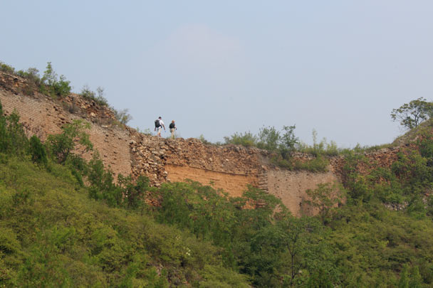 Hiking along a rough section, where the brick casing has fallen away to reveal the rammed earth inside - Gubeikou Great Wall, 2014/09/06