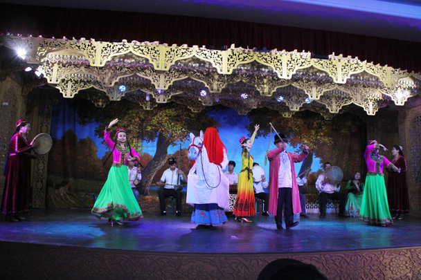 We took in a muqab performance in Hami. When there's a wedding or celebration, the muqab can go for days. We saw the shorter version - Journey from the West, 2014/10
