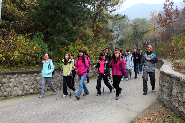 The road took us through small villages, still surrounded by autumn colours - CNCC teambuilding hike at the Little West Lake, 2014/10