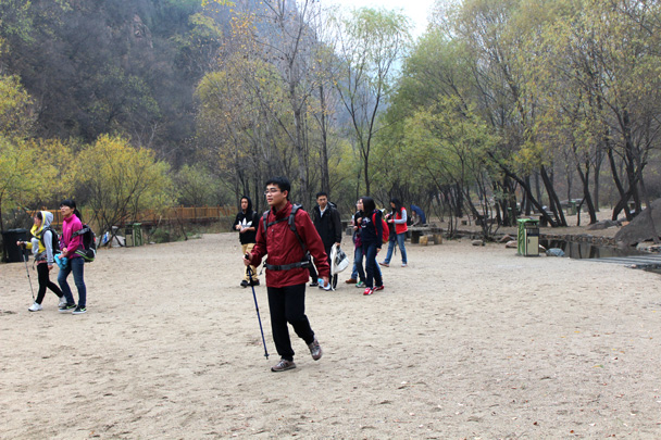 The hiking team is arriving at the beach beside the big reservoir - CNCC teambuilding hike at the Little West Lake, 2014/10