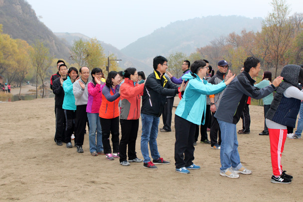 A nice massage for the shoulders - CNCC teambuilding hike at the Little West Lake, 2014/10