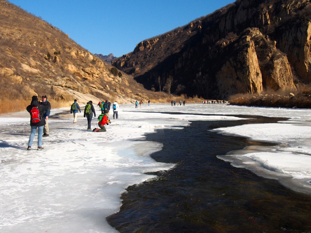Flowing water passing beneath the ice, under our feet - White River ice hike, 2015/01/27