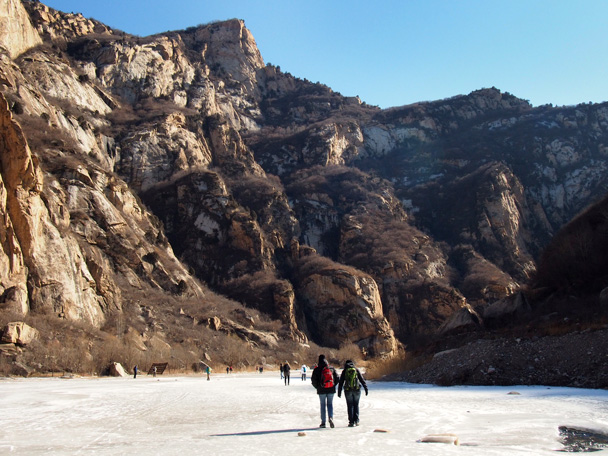 With a clear sky the sun provided a beautiful day and some warmth at the bottom of the valley - White River ice hike, 2015/01/27