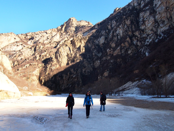 Enjoying the hike and the blue sky - White River ice hike, 2015/01/27