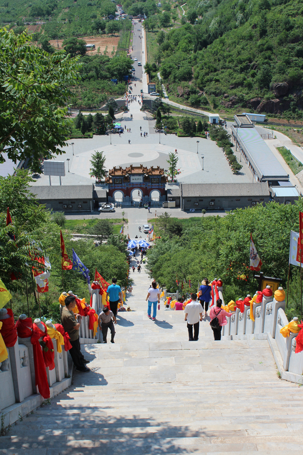 Looking back from about halfway up the first set of stairs, with the big Yin and Yang symbol in the courtyard below - Yajishan Temple Fair, 2015/05/20