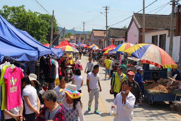 Busy, and this was only a Wednesday! It would get far busier on the weekend - Yajishan Temple Fair, 2015/05/20