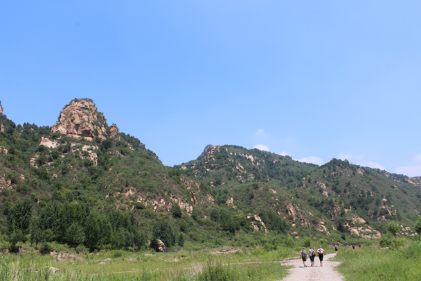 We saw impressive rocky walls as well as lots of wildlife during our walk down the canyon - White River hike, 2015/07/05