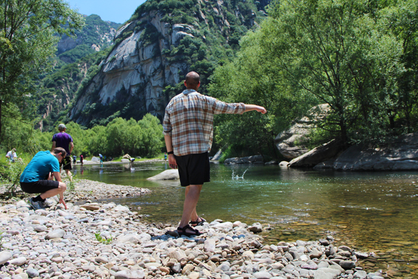Even time to try skimming a few stones - White River hike, 2015/07/05