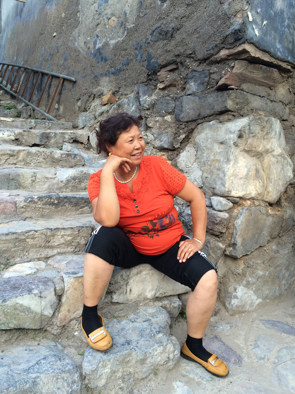 A local lady posing on the steps - Ming Village overnight, 2015/08