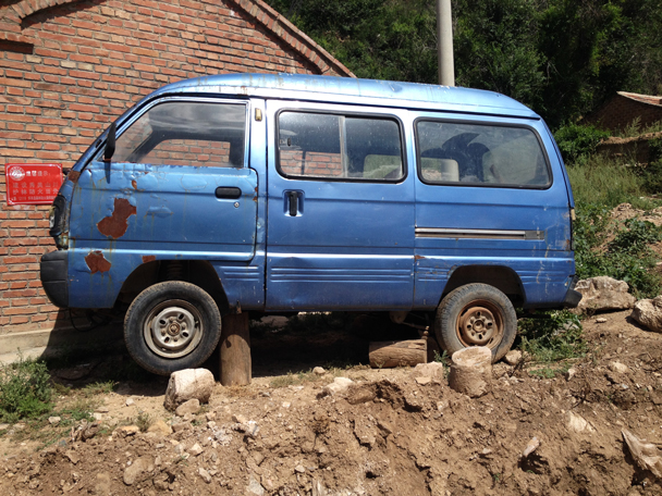 This van didn't look like it had see action in a while - Shuitou Village Loop hike, 2015/08/22