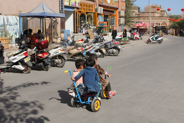 Kids and bikes - Along the Silk Road from Korla to Kashgar, 2015/09