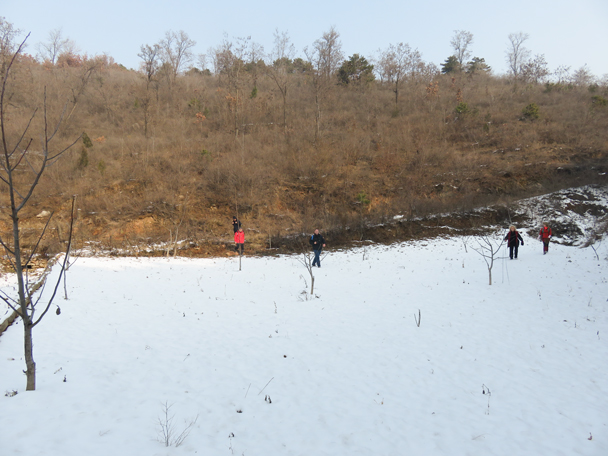 Crossing a snowy field - Rolling Hills hike, 2015/11/29