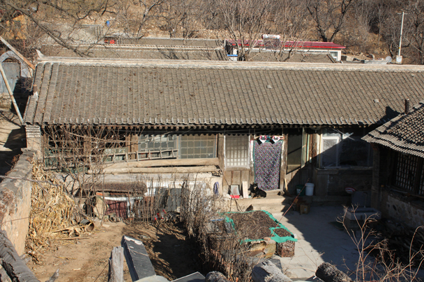 A courtyard house inside the barracks. Seems that after the soldiers moved out, farmers moved in - Walled Village to Huanghuacheng Great Wall, 2016/01/13