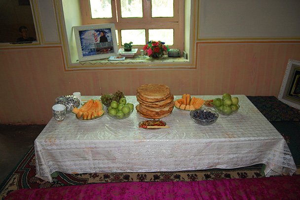 Home-grown fruits, vegetables, and naan bread – delicious, Beijing Hikers Kashgar and Lake Karakul trip 2013/08/20