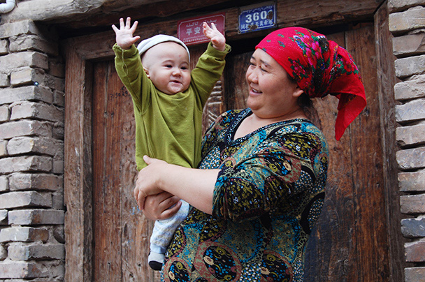 A warm welcome for us from a wee one in the old town,Beijing Hikers Kashgar and Lake Karakul trip 2013/08/20