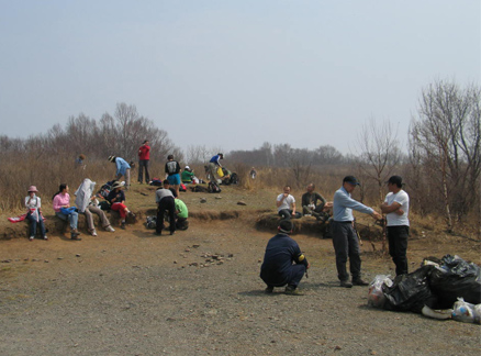 Lunch break during trash collection at the plateau.